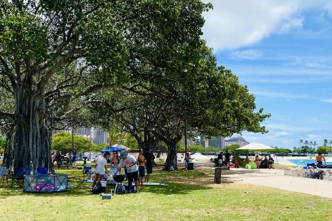 ロコは週末、アラモアナビーチパークでバーベキュー!